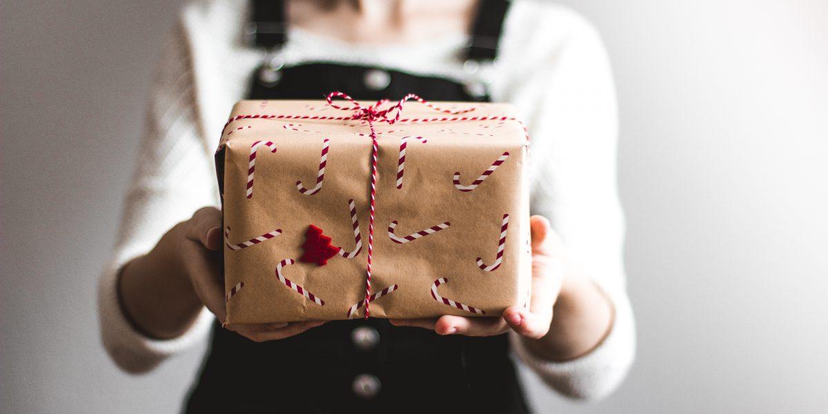 Jak bezpiecznie zapakować i oznaczyć paczkę?